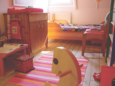 Das Kinderzimmer in warmen Farben, gestaltet und fotografisch in Szene gesetzt von der niederländischen Designerin Mirjam Bos für ihre Tochter June, hat den ersten Preis eines Wettbewerbs im Internet gewonnen. Warum? Der freche Mix aus Möbeln mit Geschichte, mutigen Farben und Vintage-Textilien kommt an!