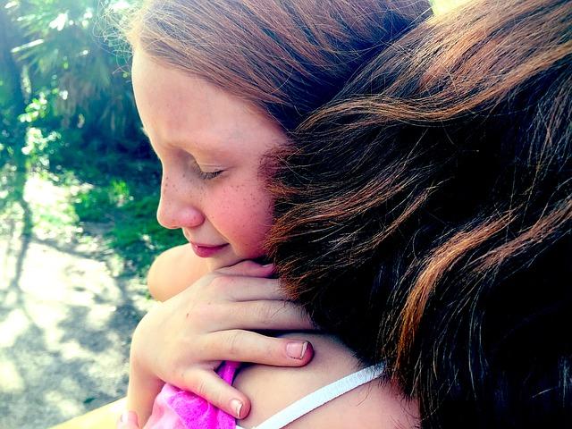 hug-1315545_640 Depressionen bei Kindern