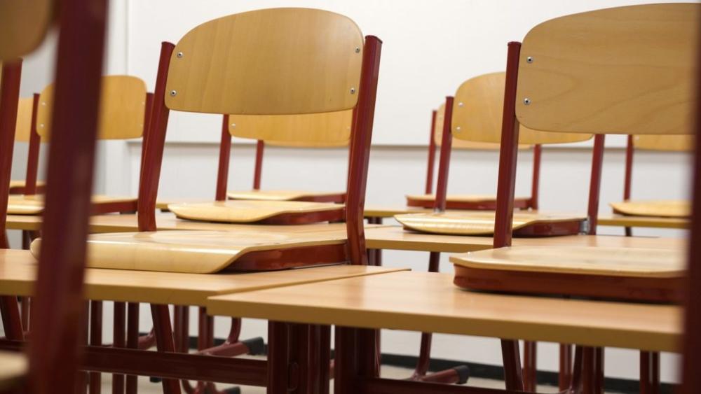 Klassenzimmer Stühle oben