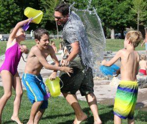 water-fight-442257_1280 lachen statt schimpfen
