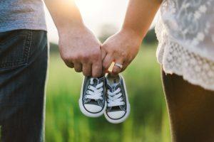 Eltern sein und Paar bleiben, holding-hands-918990_640