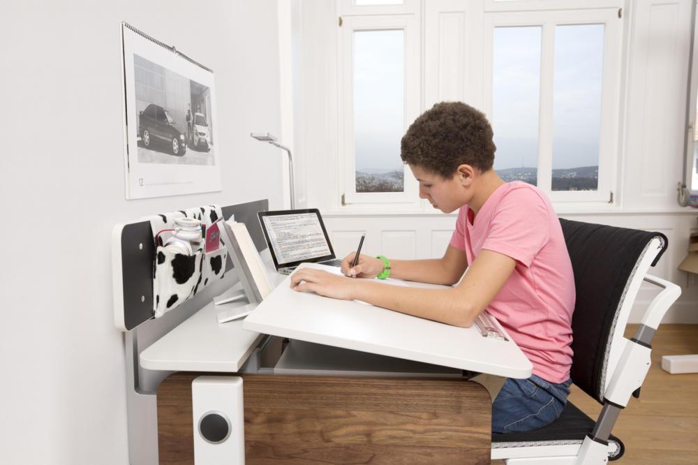 gut f r kids schr ge schreibtische gerade haltung. Black Bedroom Furniture Sets. Home Design Ideas