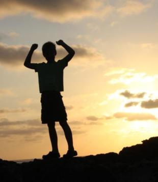 Innere Stärke_Kind in untergehender Sonne
