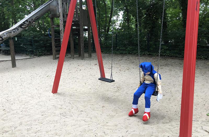 Social Distancing – kleiner Junge alleine am Spielplatz