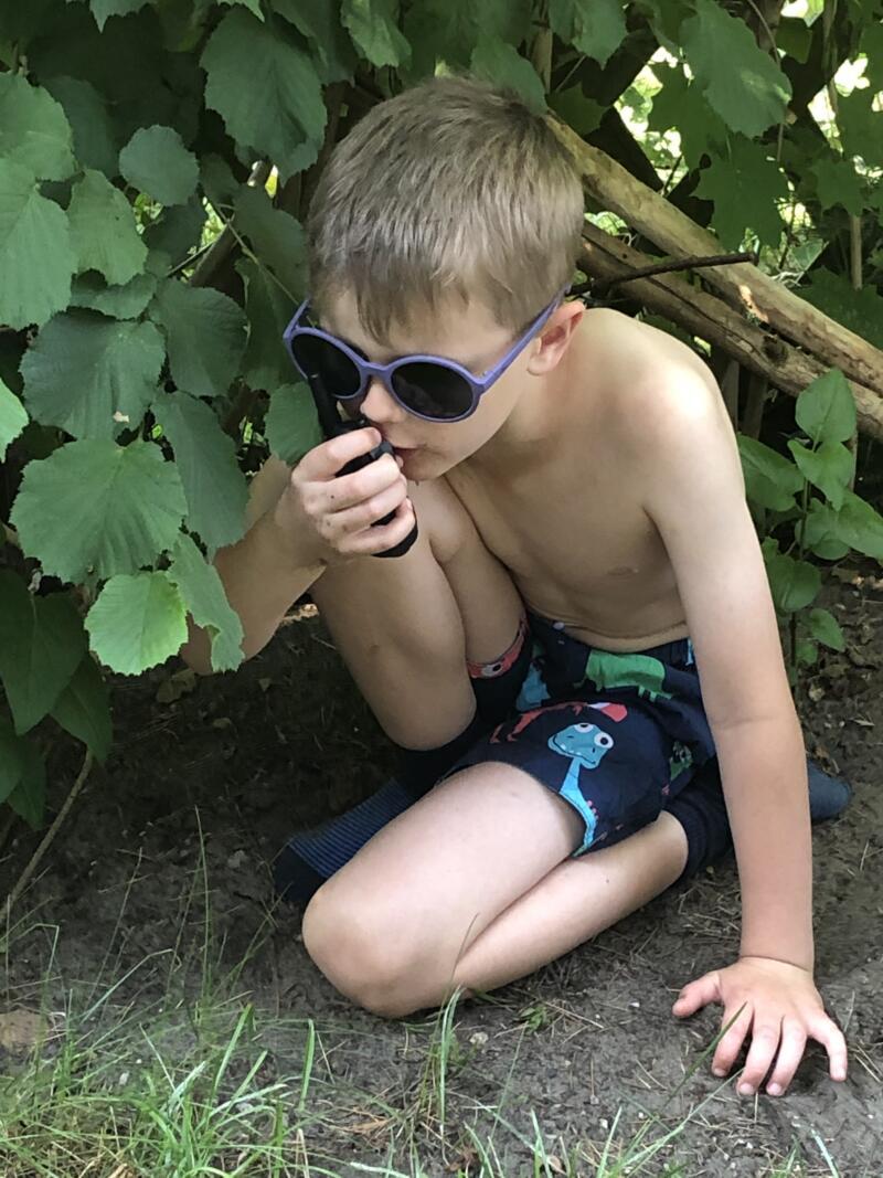 Walkie Talkie, Junge im Garten