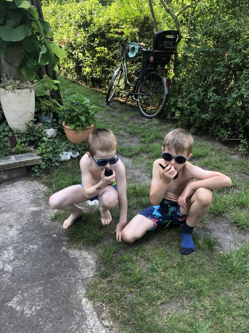 Walkie Talkies, 2 Jungen im Garten