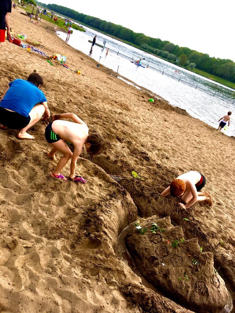 Bedingungsloses Grundeinkommen - Vater mit Kindern am Strand