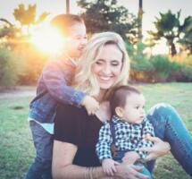 Mutter, zwei Kinder, Wiese