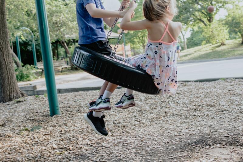 zwei Kinder, Reifenschaukel
