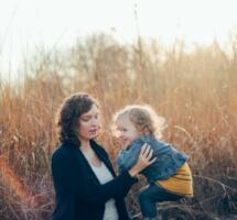 Mutter und Kind im Abendlicht