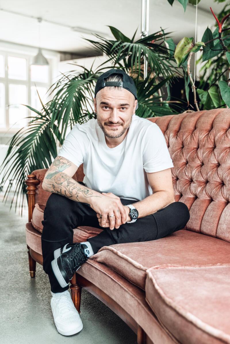Anton auf Sofa