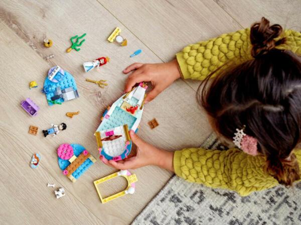 Kind_mit-LEGO_Disney_Prinzessinnen_set
