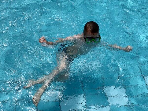 Junge_im_Schwimmbad