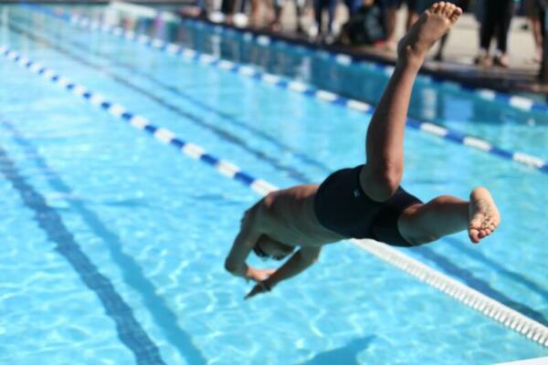 Junge springt in Pool